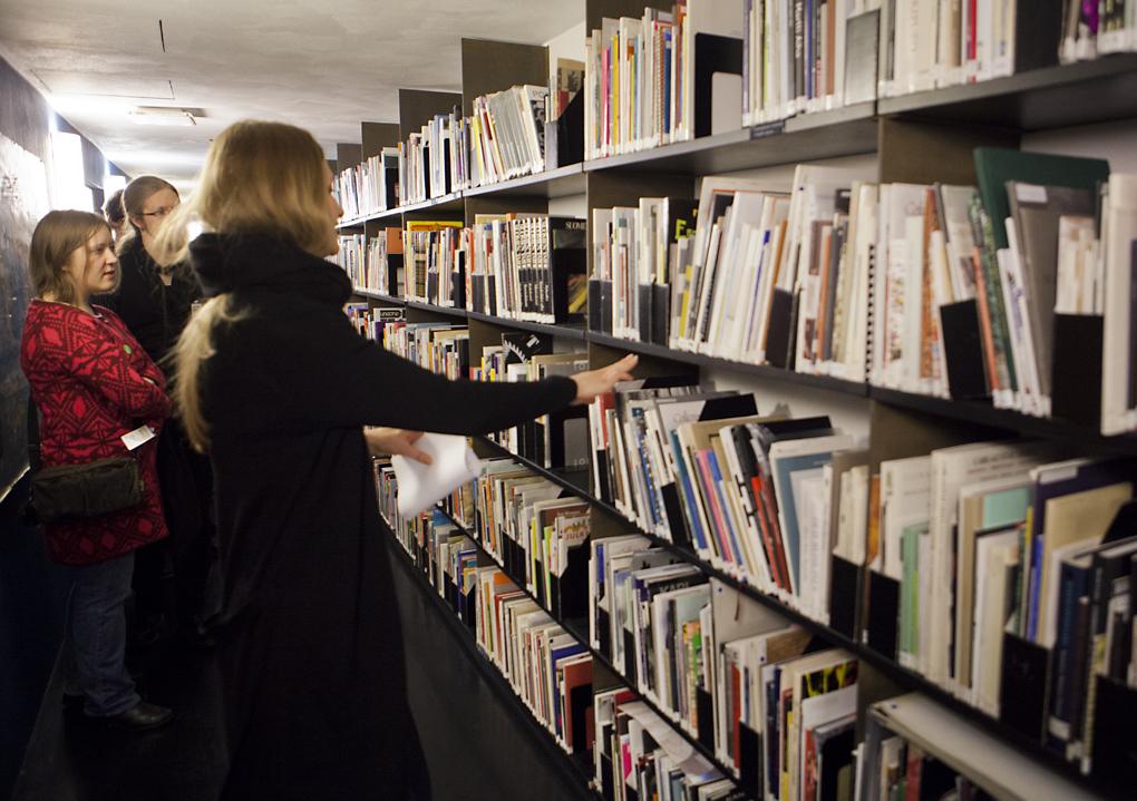 Piia Pitkänen esittelee Kiasman kirjastoa Wikimaratonin osallistujille
