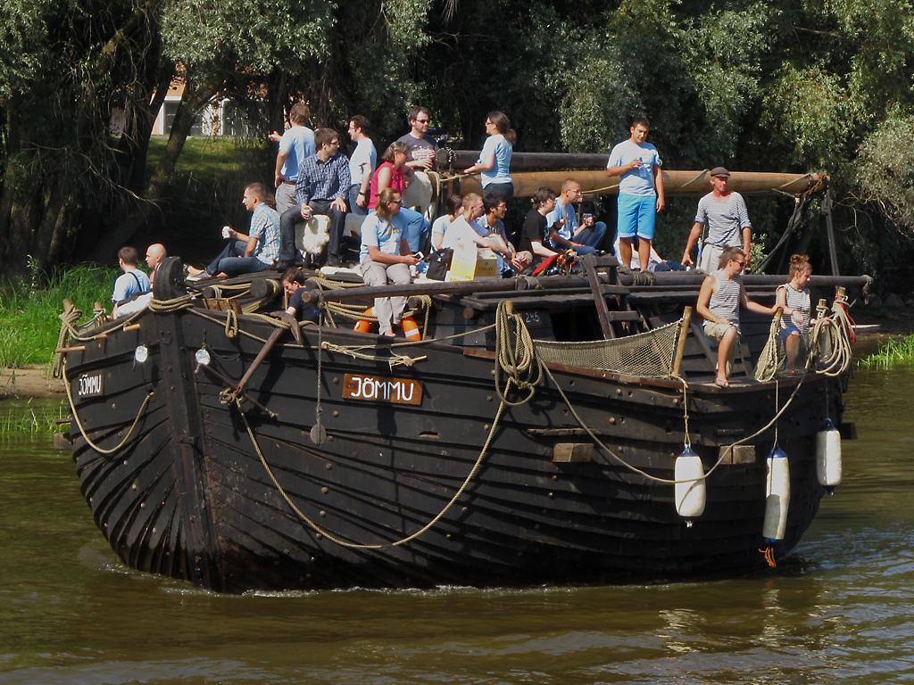 Wikipedisti ja kartoittajat samassa veneessä. State of the Map Balticsin veneretki. CC BY-SA 2.0 SK53 OSM
