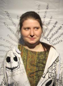 Kuvassa Aleksandra Elbakjan. Hän on kazakstanilainen ohjelmistosuunnittelija, joka teki maksumuurien takana olevia tiedejulkaisuja julkiseen verkkoon kopioivan sivuston. Kuva vuodelta 2016 ja kuvaajana Krassotkin