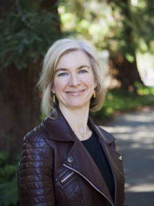 Jennifer Doudna on yhdysvaltalainen biokemisti, joka yhdessä Emmanuelle Charpentierin kanssa kehitti CRISPR/Cas9 geenimuuntelumenetelmän. Kuva on vuodelta 2016, kuvaajana on Jussi Puikkonen/KNAW ja kuvan lisenssi on CC-BY.