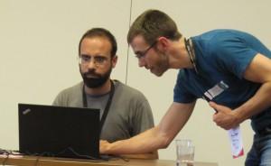 Aaron Halfake pistää videoyhteyden asetukset kuntoon Contropedian esittelijän aloittaessa