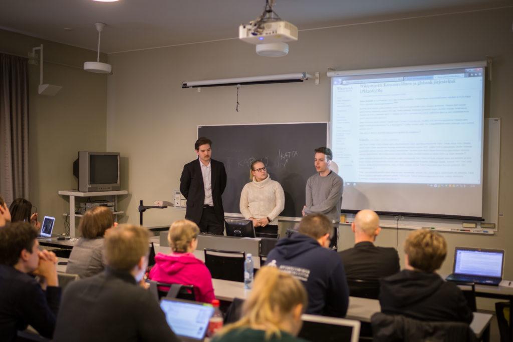 Ryhmä esittelee valmista artikkelieen muille opiskelijoille.
