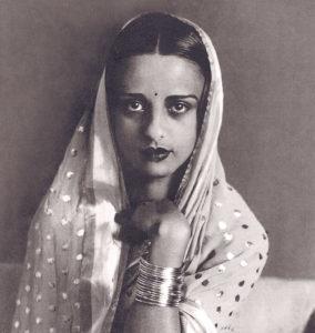 Kuvassa Amrita Sher-Gil, joka oli merkittävä unkarilais-intialainen taidemaalari. Häntä on pidetty yhtenä merkittävimmistä avant-garde taiteilijoista ja Intian nykytaiteen perustajana. Kuva vuoedelta 1936 ja kuvaaja on tuntematon.